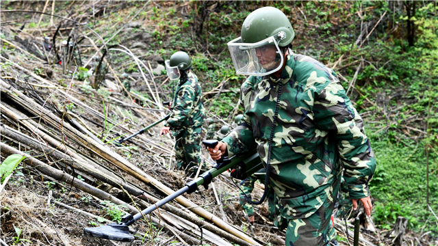 Soldiers conduct mine sweeping training along China-Vietnam border