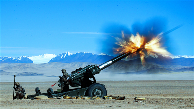 Artillerymen operate howitzer in live-fire test