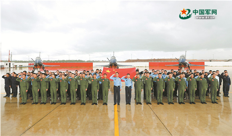 All officers and soldiers involved in the air show line up to bless their motherland and cheer on for Wuhan. (Photo by Zhu Jianghai)